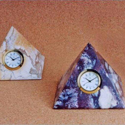 Reloj inserto en Piramide de piedra