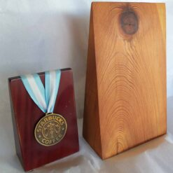 Tributo cuña de madera